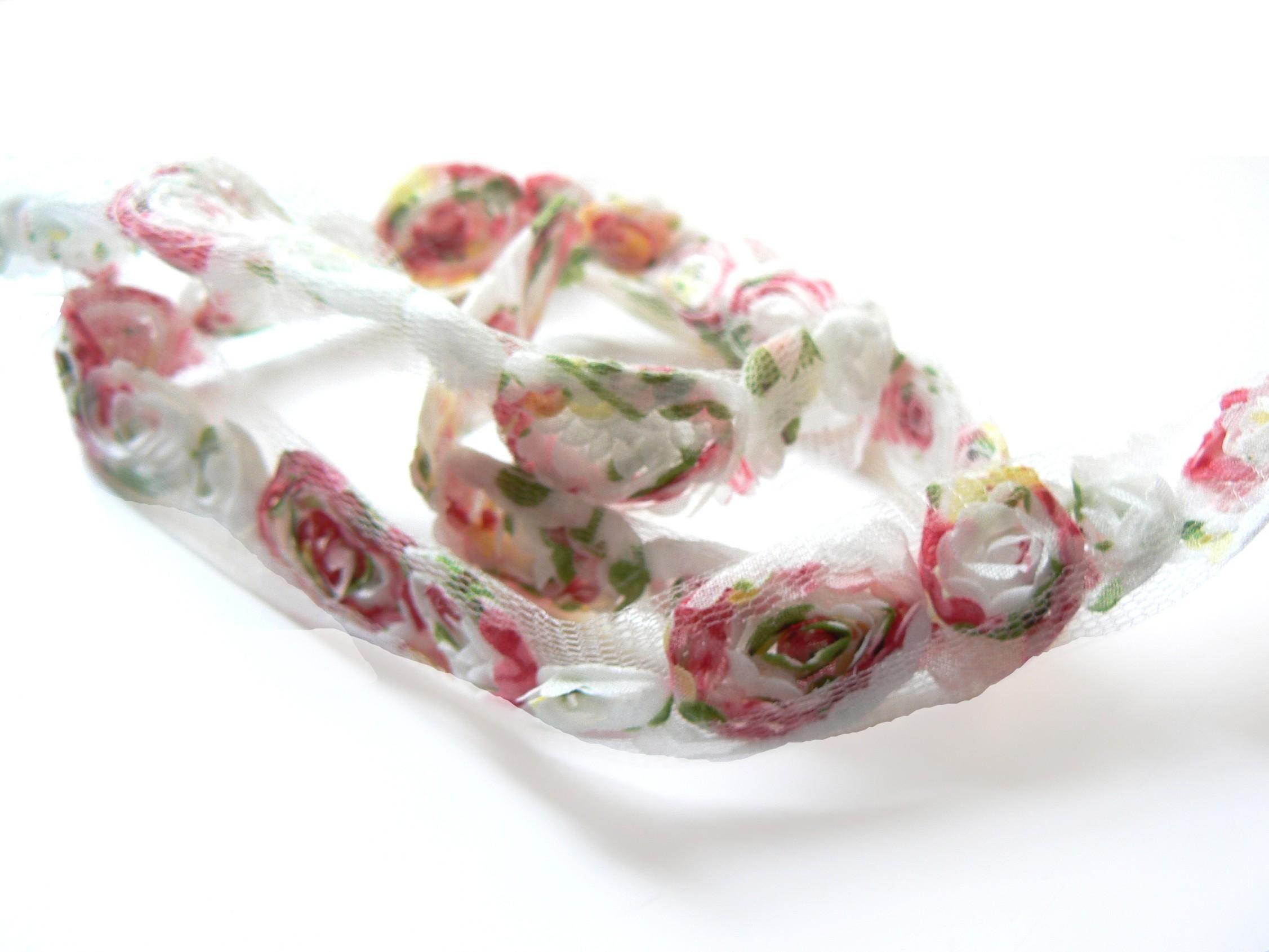 galon mousseline blanc fleurs rouges